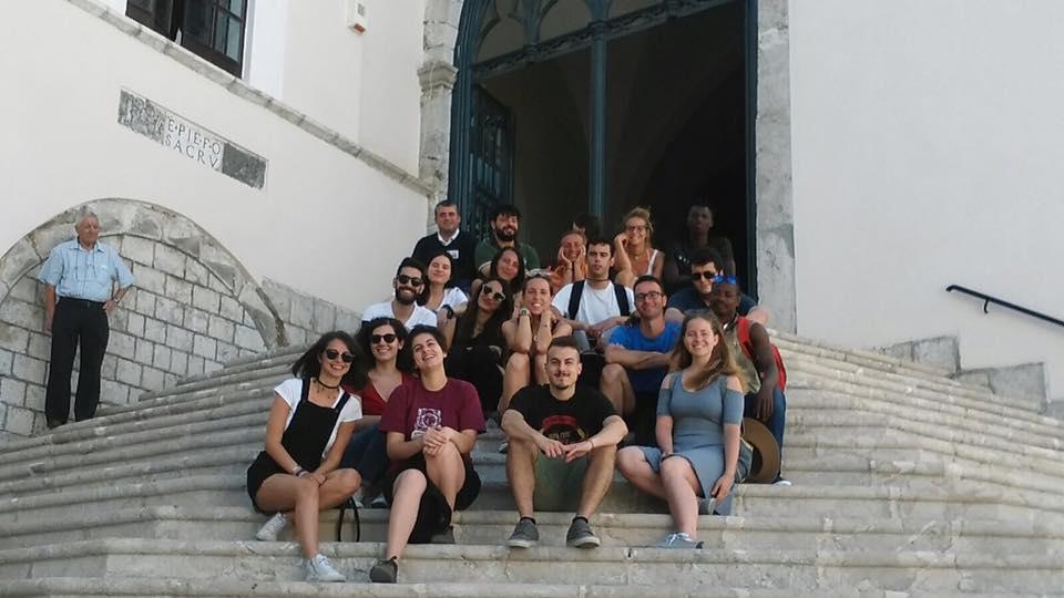 I ragazzi del Servizio Civile Internazionale con i volontari dell'Associazione Castellarte in visita al Santuario di Montevergine